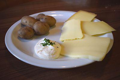 Kartoffeln mit verschiedene Käsesorten